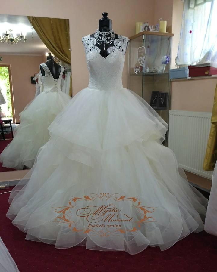 d134e8fbc9 Fodros menyasszonyi ruha ekrü színben Mystic Moment Esküvői Ruhaszalon  Gyömrő