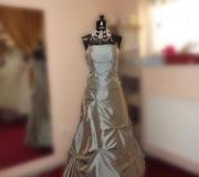 Eladó oliva zöld koszorúslány ruha Mystic Moment Esküvői Ruhaszalon Gyömrő